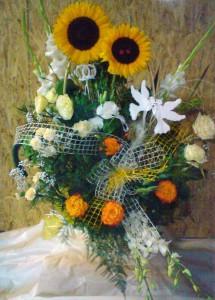 Kosz kwiatów ślubny z życzeniami