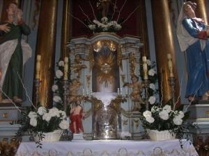 Ubieranie Koscioła - biale anturium - ołtarz główny