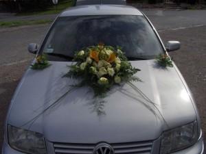 Ubieranie samochodu na ślub - biała eustoma